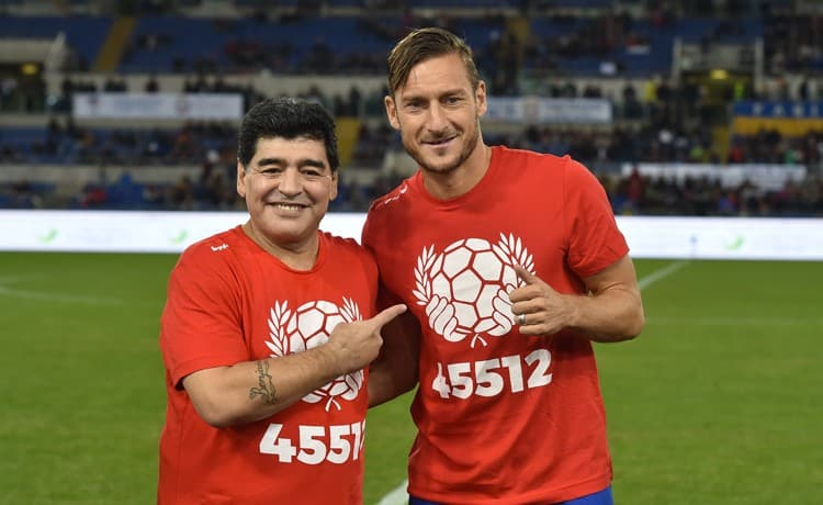 Maradona, rose rosse per Totti che si emoziona: