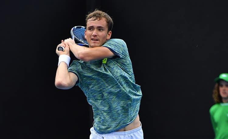 Tennis, Wimbledon: Medvedev perde match e testa, lancia soldi all'arbitro