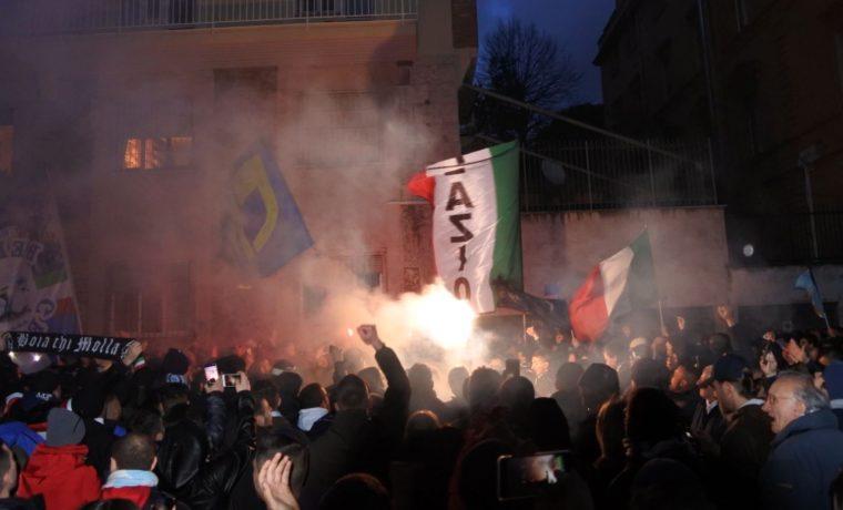 Lazio, protesta dei tifosi sotto la sede della Figc