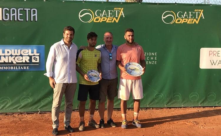 da sinistra Guglielmo Santella, direttore del torneo, Juan Pablo Paz secondo classificato, Ernesto Coiro, membro del comitato organizzatore, e il vincitore Mirko Cutuli